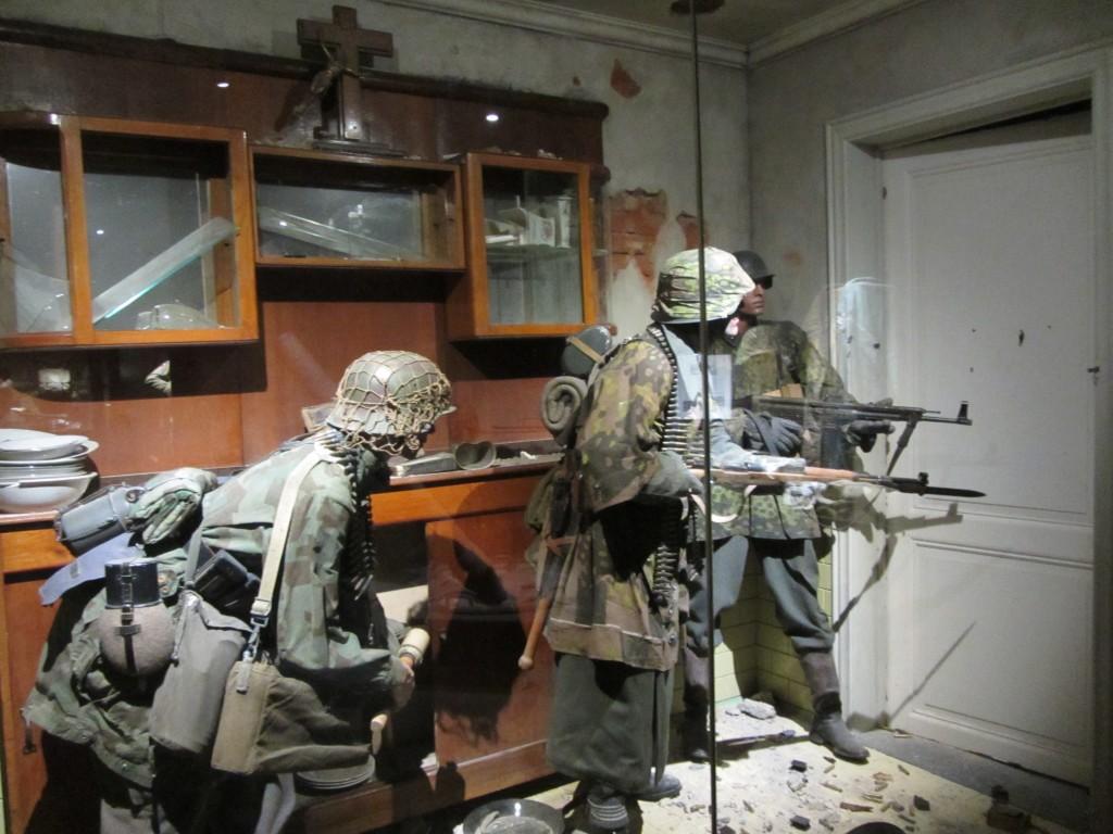Recreación de soldados alemanes asaltando una vivienda