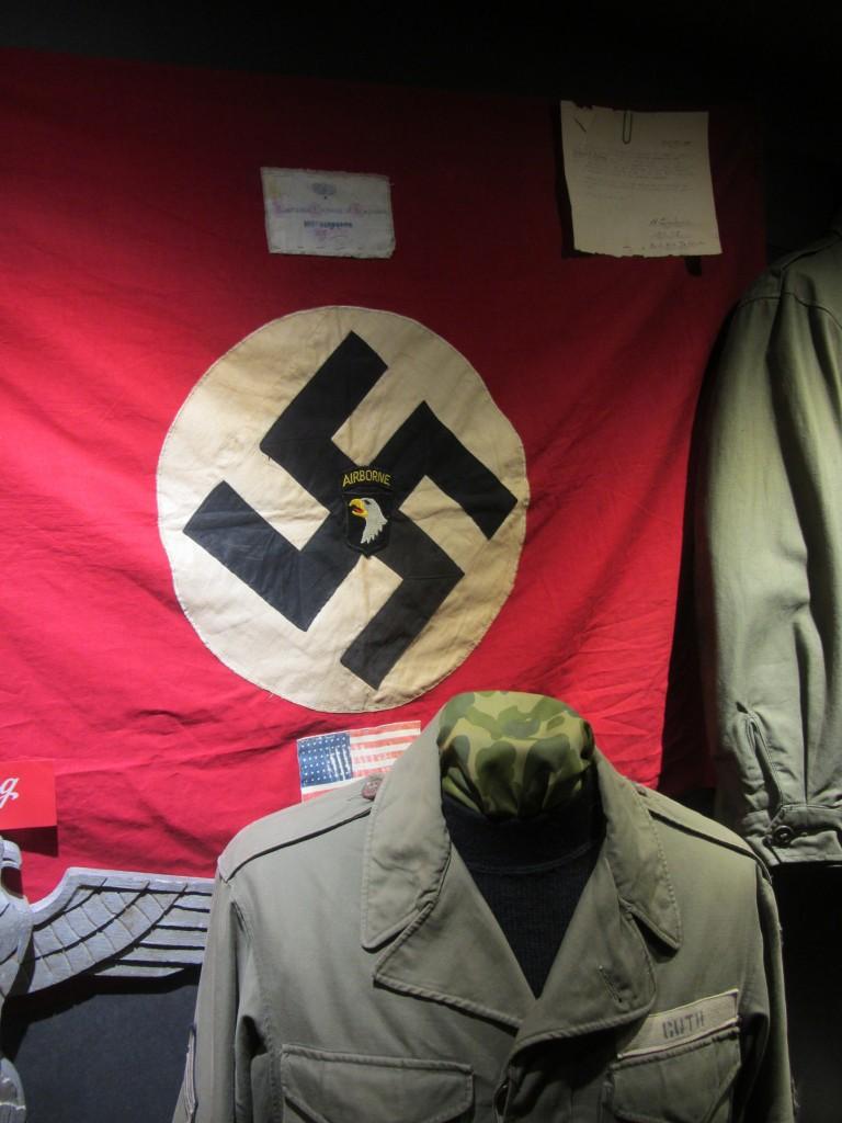 Bandera nazi capturada por miembros de la 101 Airborne del ejército americano