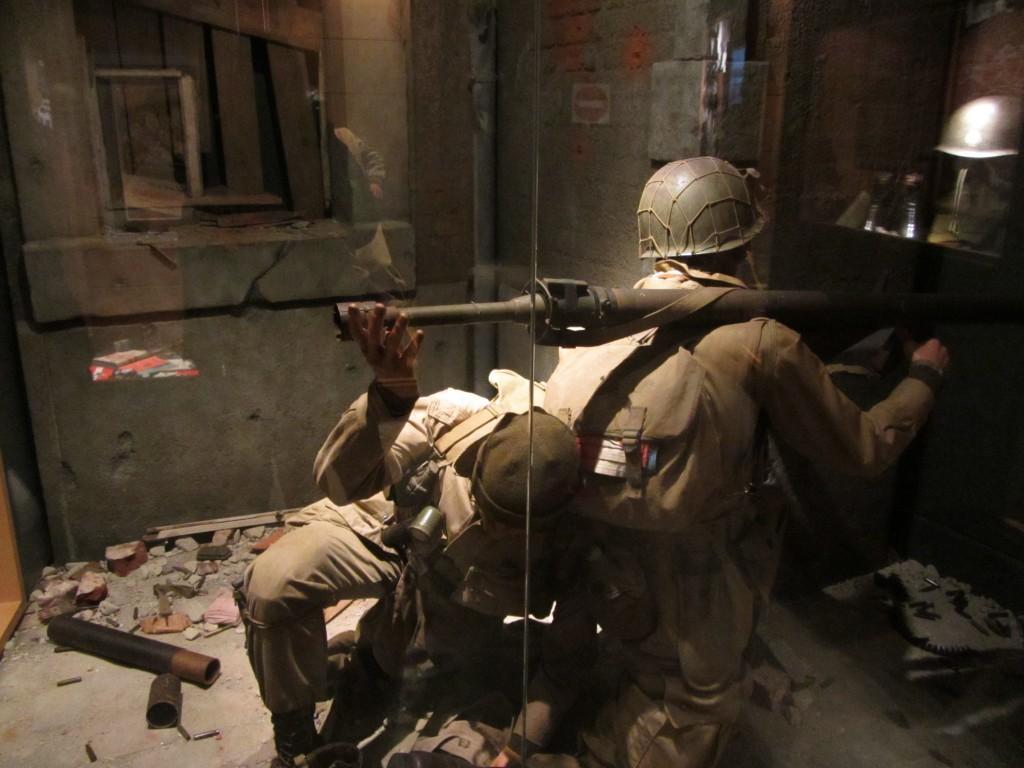 Soldados americanos cargando un bazoca