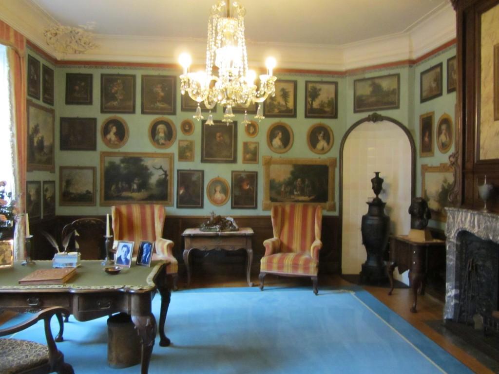 Habitación muy original con cuadros pintados en la pared