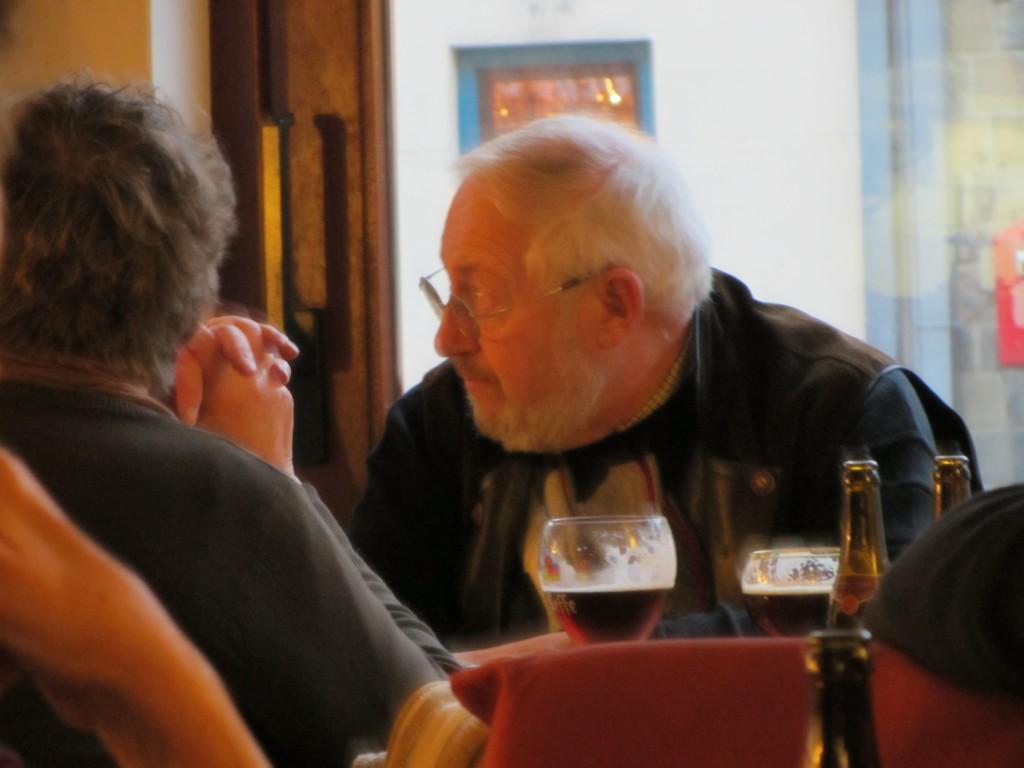 Pareja mayor disfrutando de una rica cerveza belga