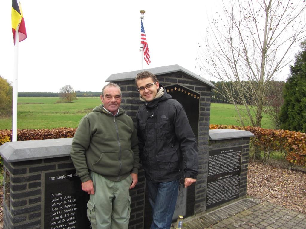 Óscar y François en el memorial de la 101º