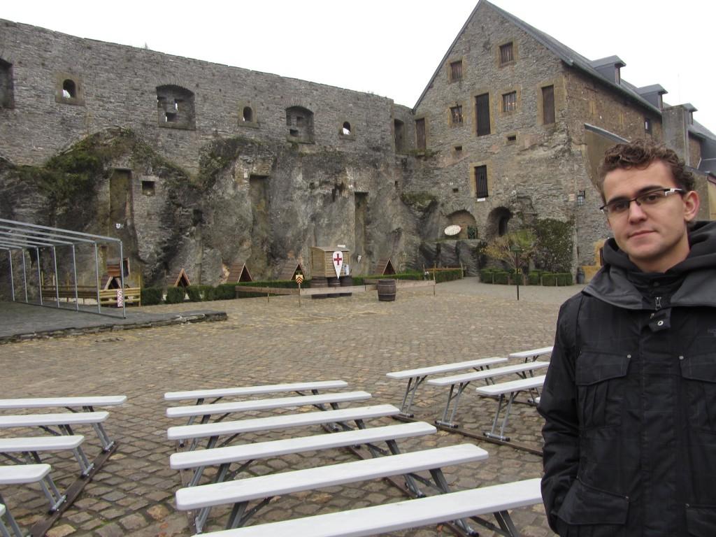 Una de las plazas del castillo destinada a las aves rapaces