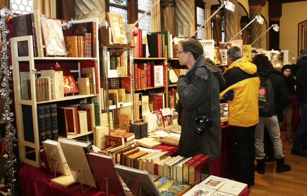 Muchos libros en el mercado de antigüedades [Fuente: http://www.noel-colmar.com]